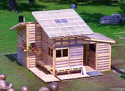 Small is in style architecture in transformation for Muebles de jardin con tarimas